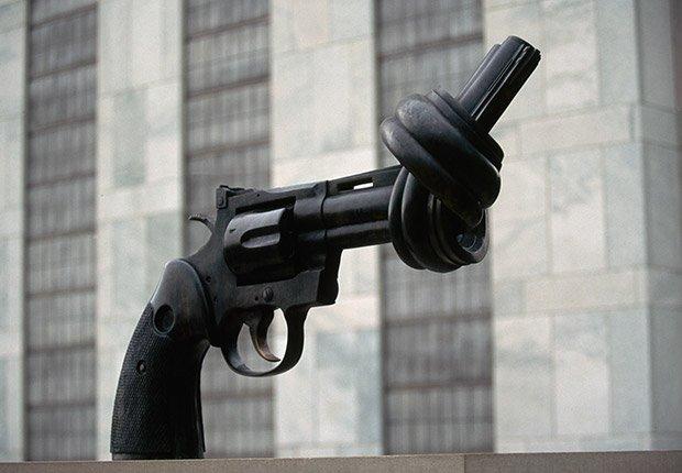 Escultura NO VIOLENCIA por Carl Fredrik Reutersward en la ciudad de Nueva York, Beatlemanía.
