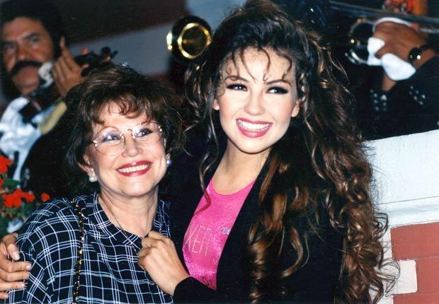 Thalia se fotografía con su madre Yolanda en 1992. Thalia a través de los años.