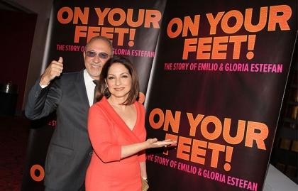 Emiilio y Gloria Estefan frente a un afiche de On Your Feet, su musical en Broadway