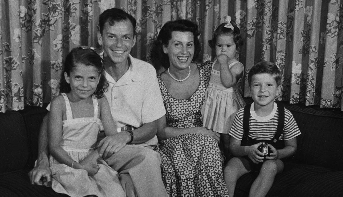 item 3 of Gallery image - Frank Sinatra con su esposa Nancy y sus tres hijos -100 años de su natalicio