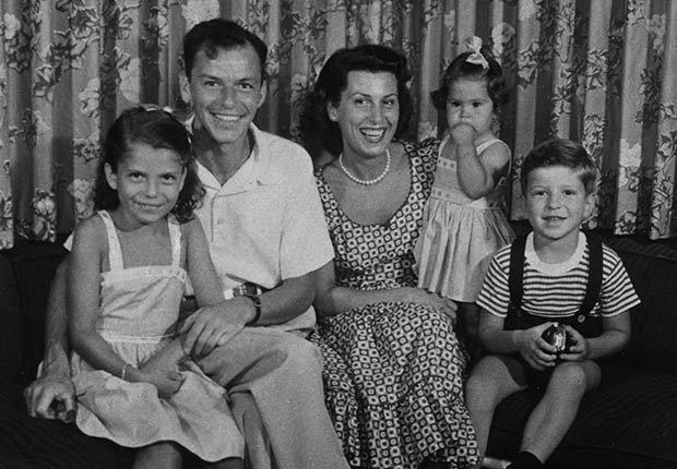Frank Sinatra con su esposa Nancy y sus tres hijos -100 años de su natalicio