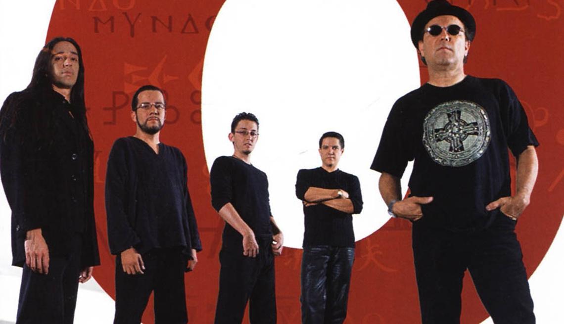 item 8 of Gallery image - 10 discos indispensables de Rubén Blades - Portada del disco Mundo (2002)