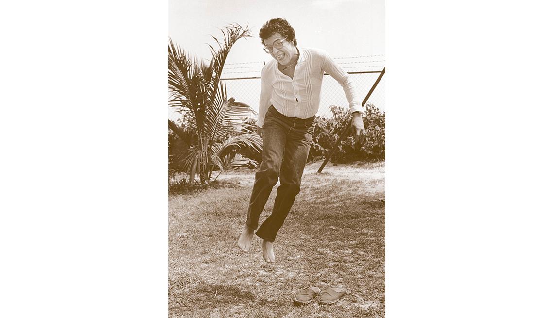 Foto de Héctor Lavoe saltando descalzo y al aire libre