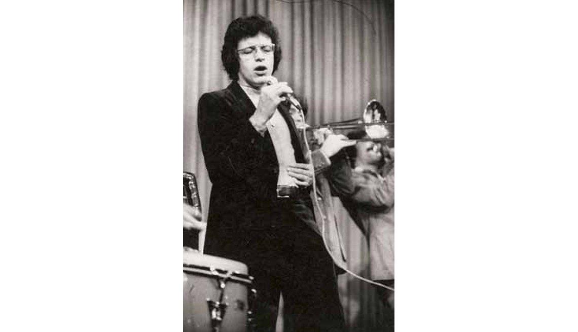 Foto a blanco y negro de Héctor Lavoe cantando con una banda