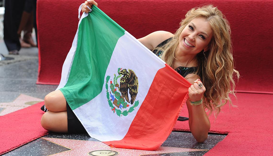 Thalía a través de los años - Al lado de su estrella en el paseo de la fama en Los Ángeles