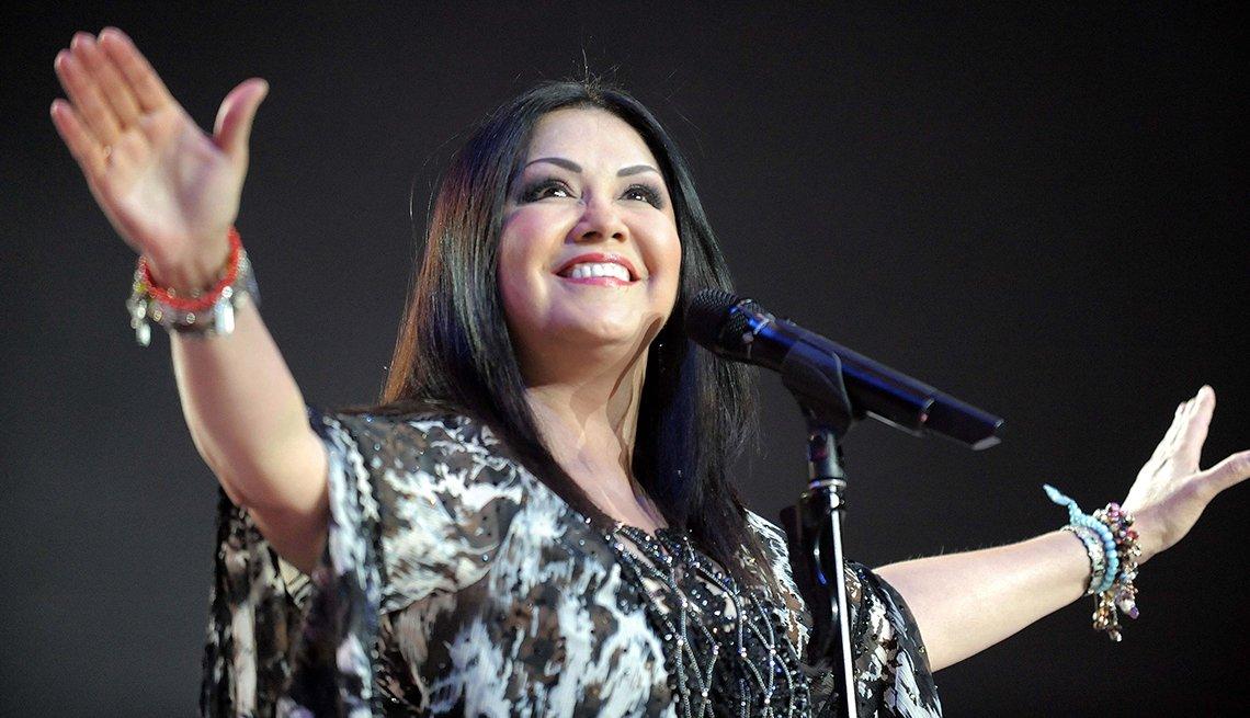 Cantante mexicana Ana Gabriel extendiendo sus manos durante un concierto en Santiago de Chile, 2010