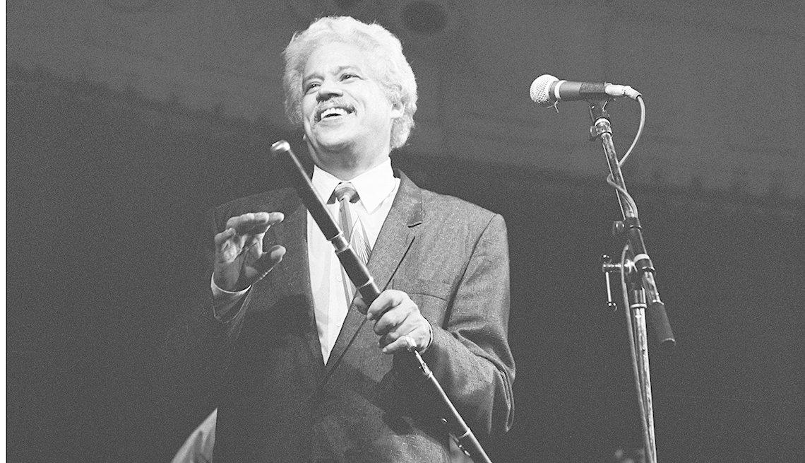 Johnny Pacheco en un escenario con su flauta en Amsterdam July 29, 1988.