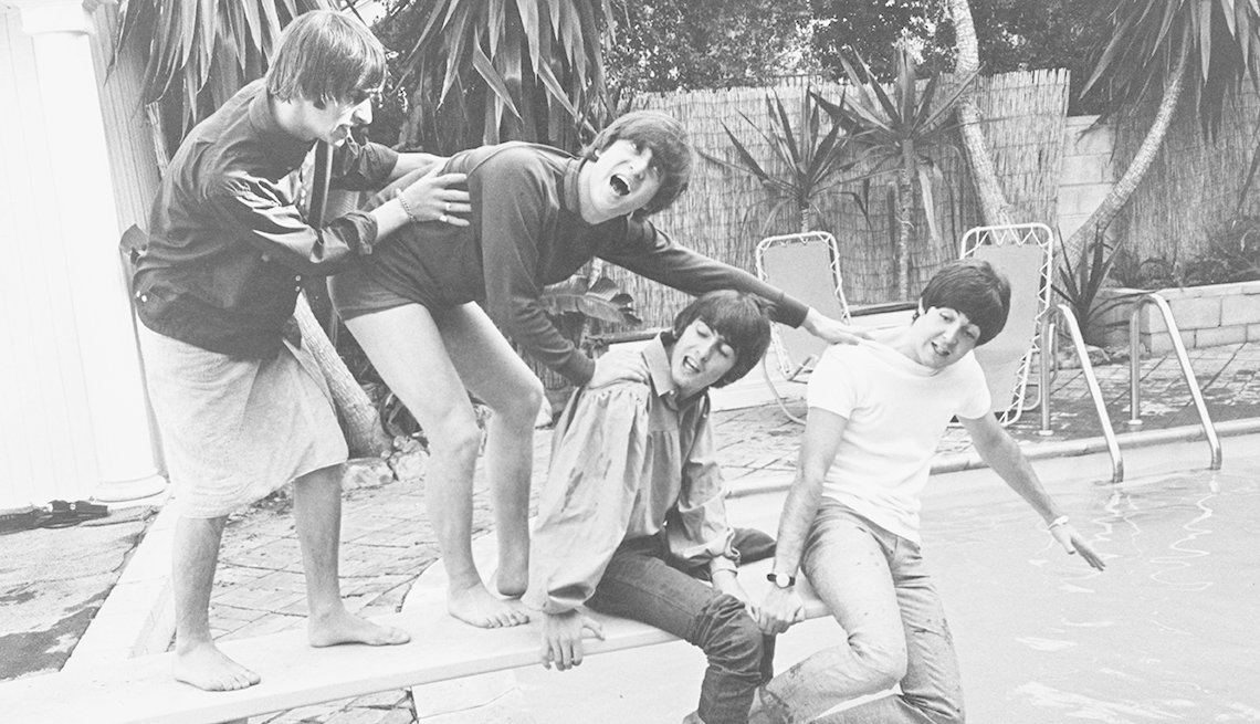 Los Beatles en una piscina.