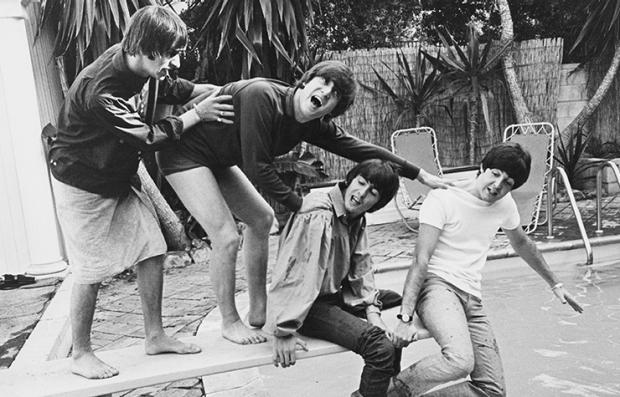 Los Beatles en una piscina.