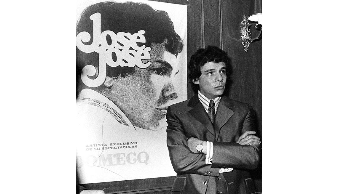item 6 of Gallery image - José José, su carrera en fotos, frente a un afiche de un disco