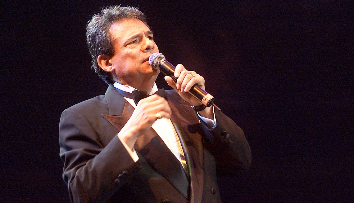 José José, su carrera en fotos, cantando en un escenario