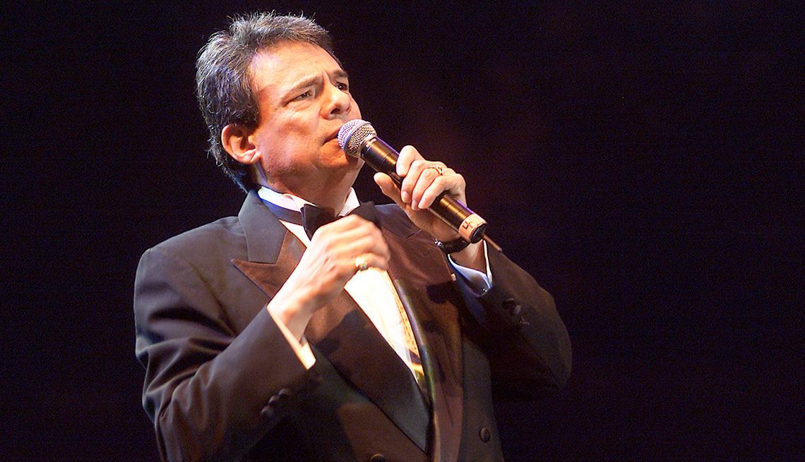 item 1 of Gallery image - José José, su carrera en fotos, cantando en un escenario