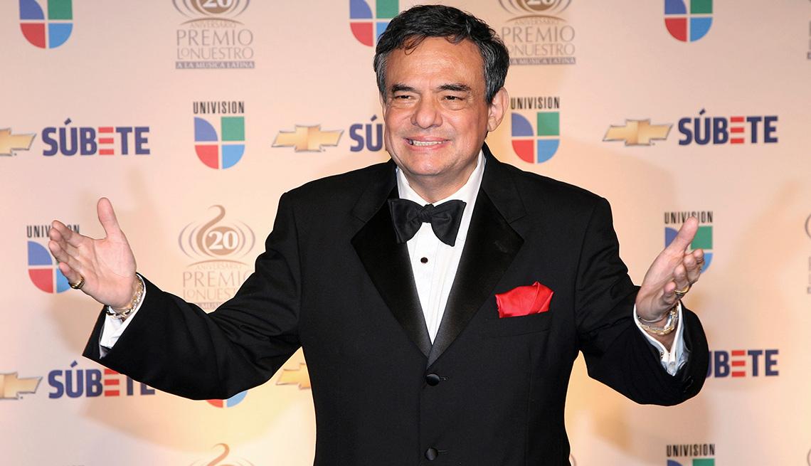 item 12 of Gallery image - José José, su carrera en fotos, cuando recibió el premio por su trayectoria artística en el Latin Grammy.