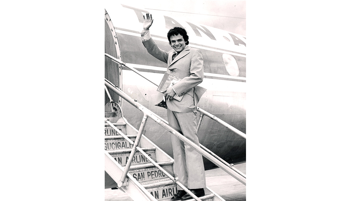 item 4 of Gallery image - José José, su carrera en fotos, subiendo a un avión.