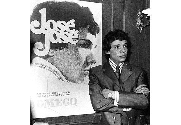José José, su carrera en fotos, frente a un afiche de un disco