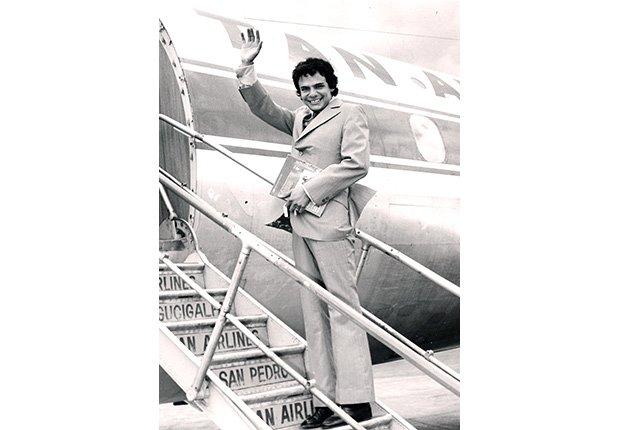 José José, su carrera en fotos, subiendo a un avión.