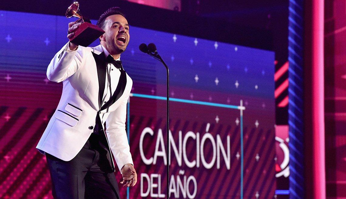 Luis Fonsi recibiendo uno de los Latin Grammy que ganó la noche del 17 de noviembre en Las Vegas