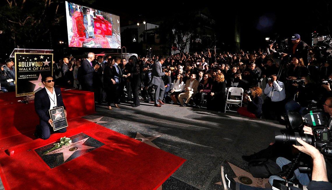 Chris Perez posa frente a la estrella de Selena Quintanilla-Perez en el paseo de la fama de Hollywood, en Los Ángeles. Noviembre 3, 2017
