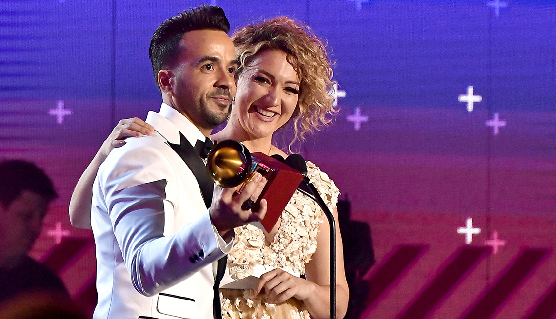 Luis Fonsi y Erika Ender recibiendo el Latin Grammy a la canción del año
