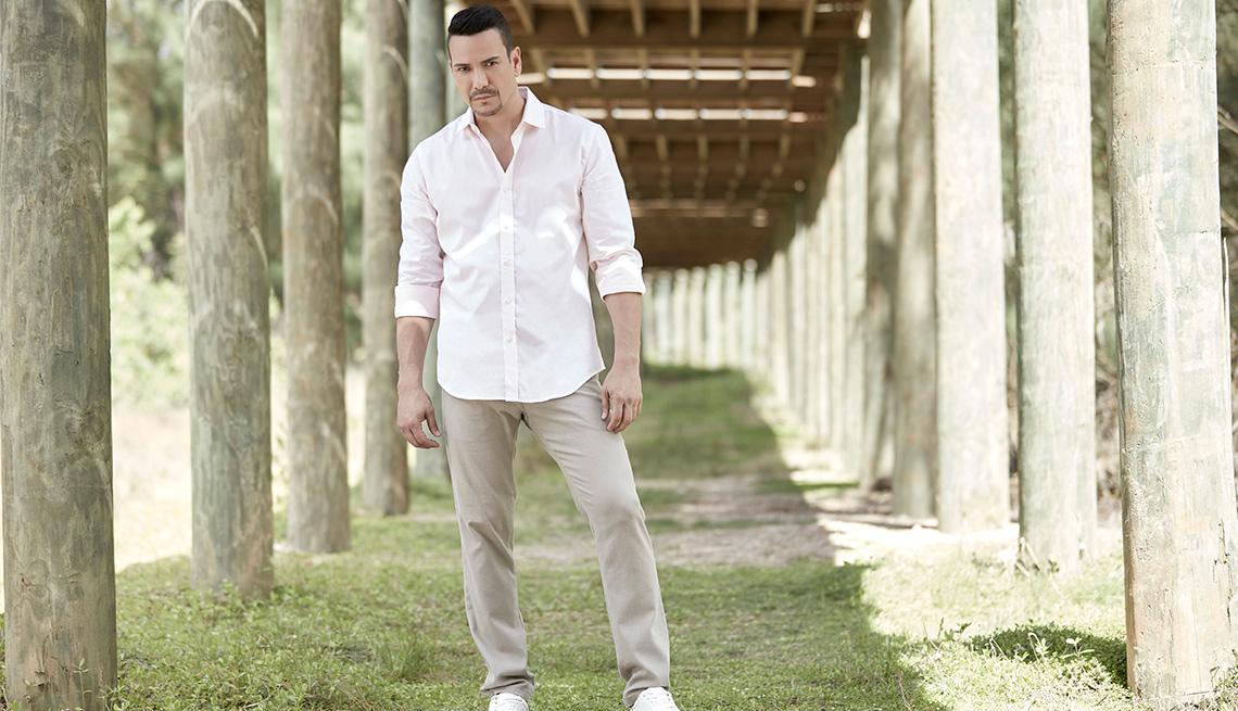 Retrato al aire libre del cantante Víctor Manuelle