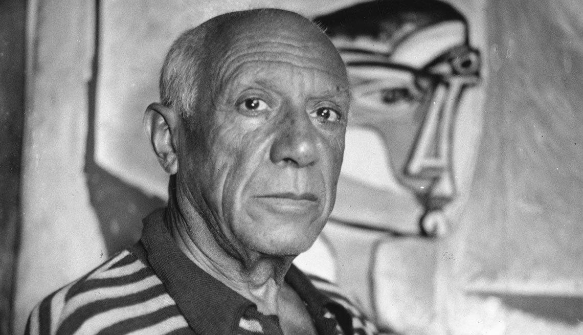 Pablo Picasso frente a sus pinturas en su casa en Cannes.