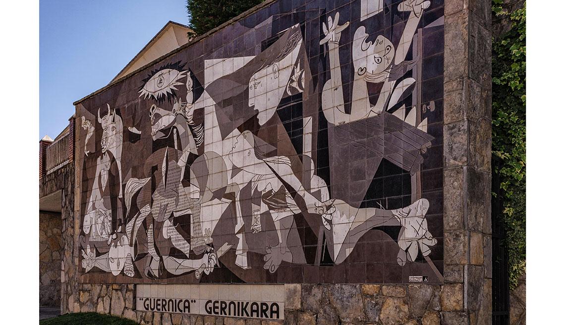 item 11 of Gallery image - Reproducción en una pared del Guernica, de Pablo Picasso