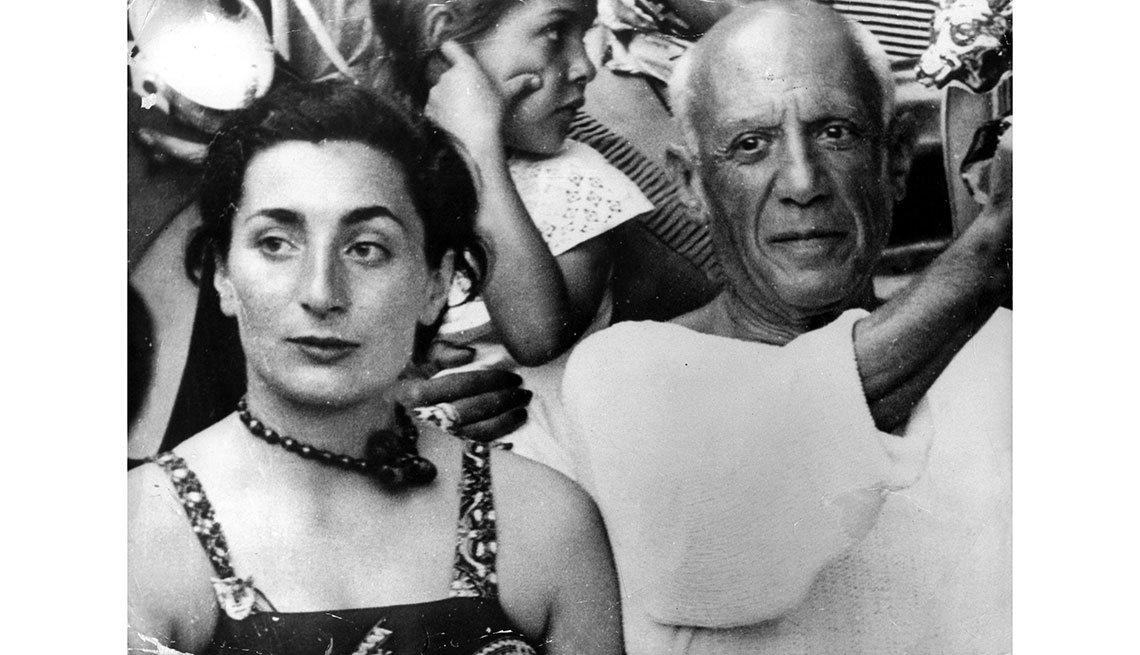 item 14, Gallery image. Pablo Picasso con su esposa Jacqueline Roque en 1953.