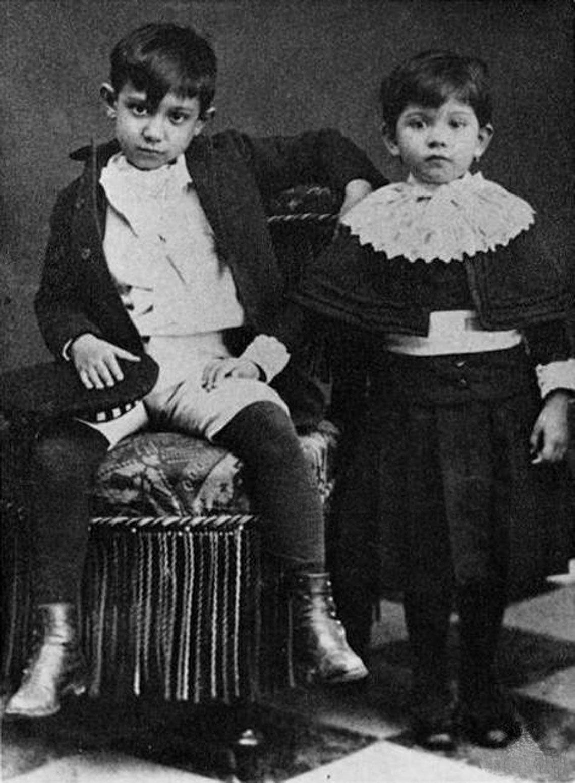 item 2, Gallery image. Pablo Picasso con su hermana Lola en 1889.