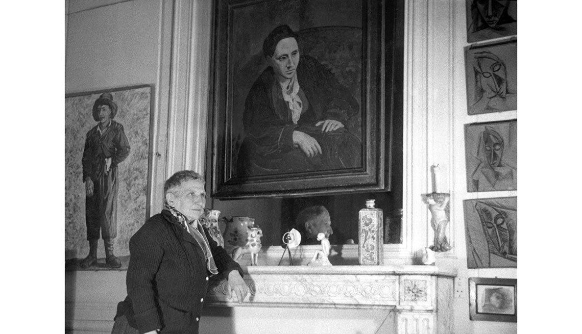 item 5, Gallery image. La escritora Gertrude Stein frente a su retrato pintado por Picasso.