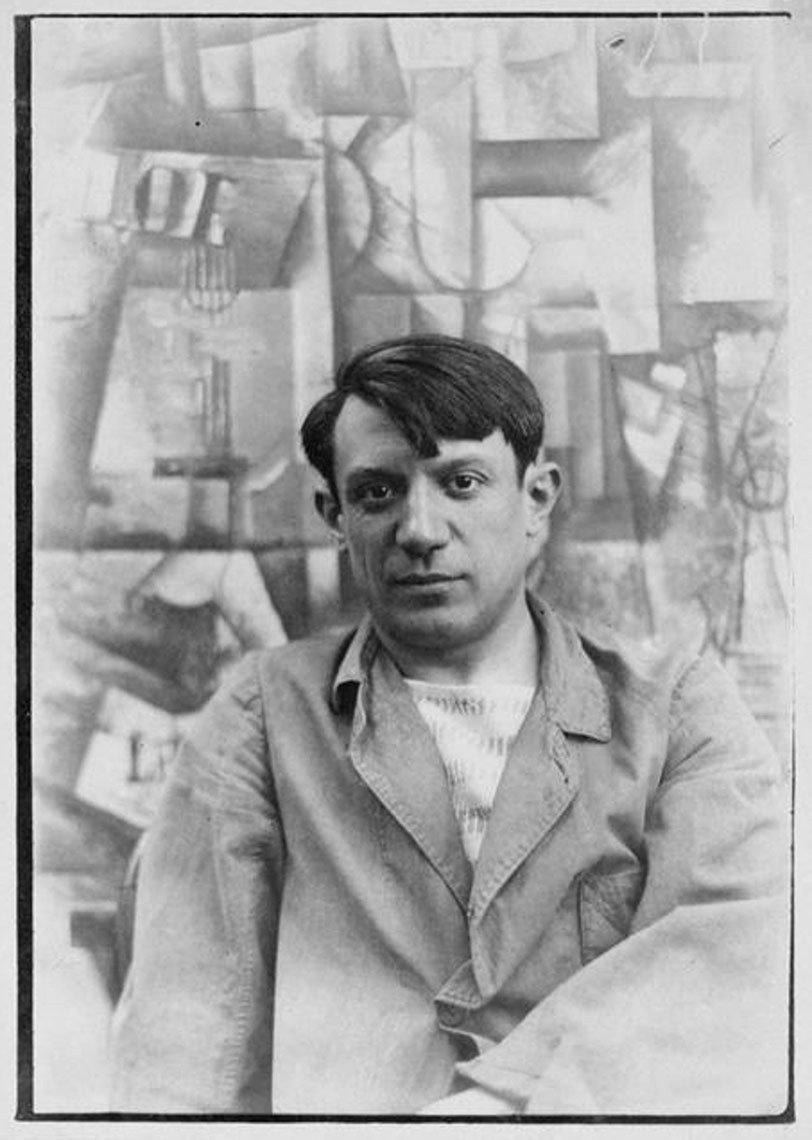 item 7, Gallery image. Picasso frente a su obra 'The Aficionado'.