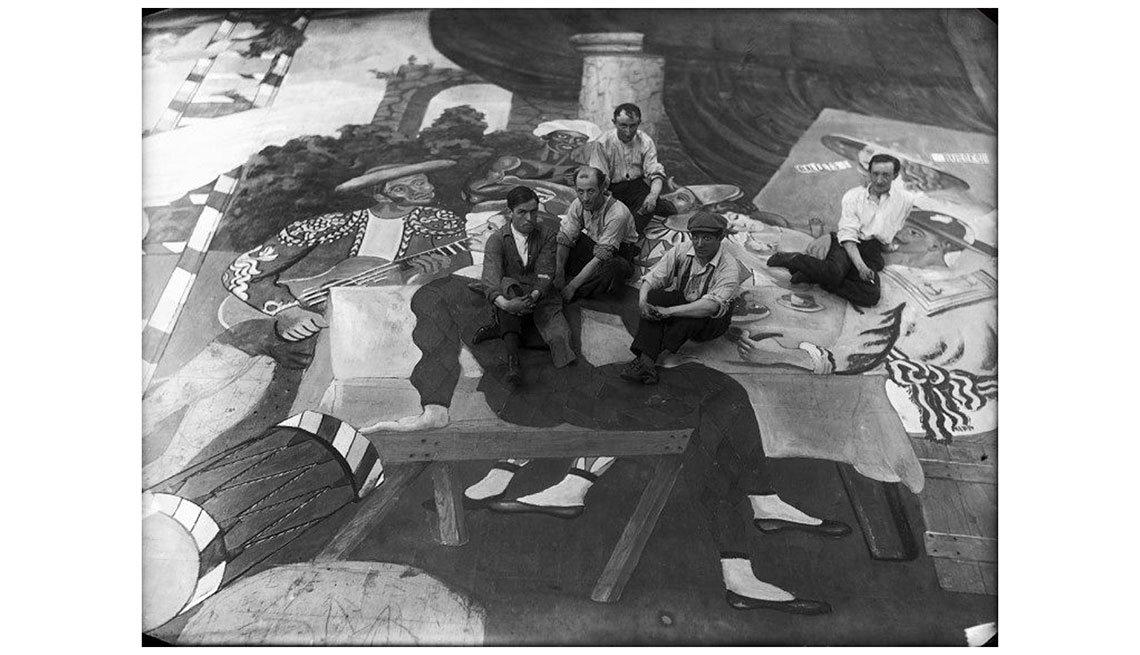 item 8, Gallery image. Pablo Picasso y otros pintores frente a la escenografía de 'Parade' en París, 1917.