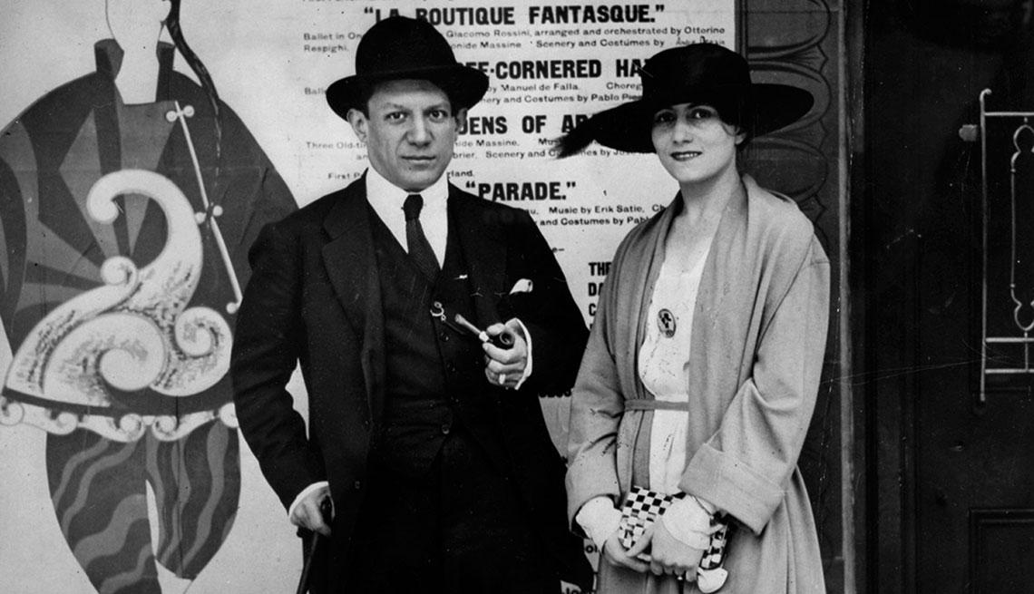 item 9 of Gallery image - Pablo Picasso con su esposa Olga Koklova en 1919.