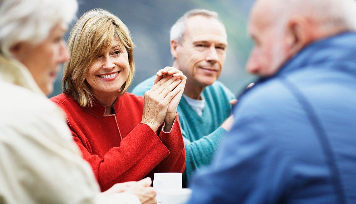Adultos mayores compartiendo un café