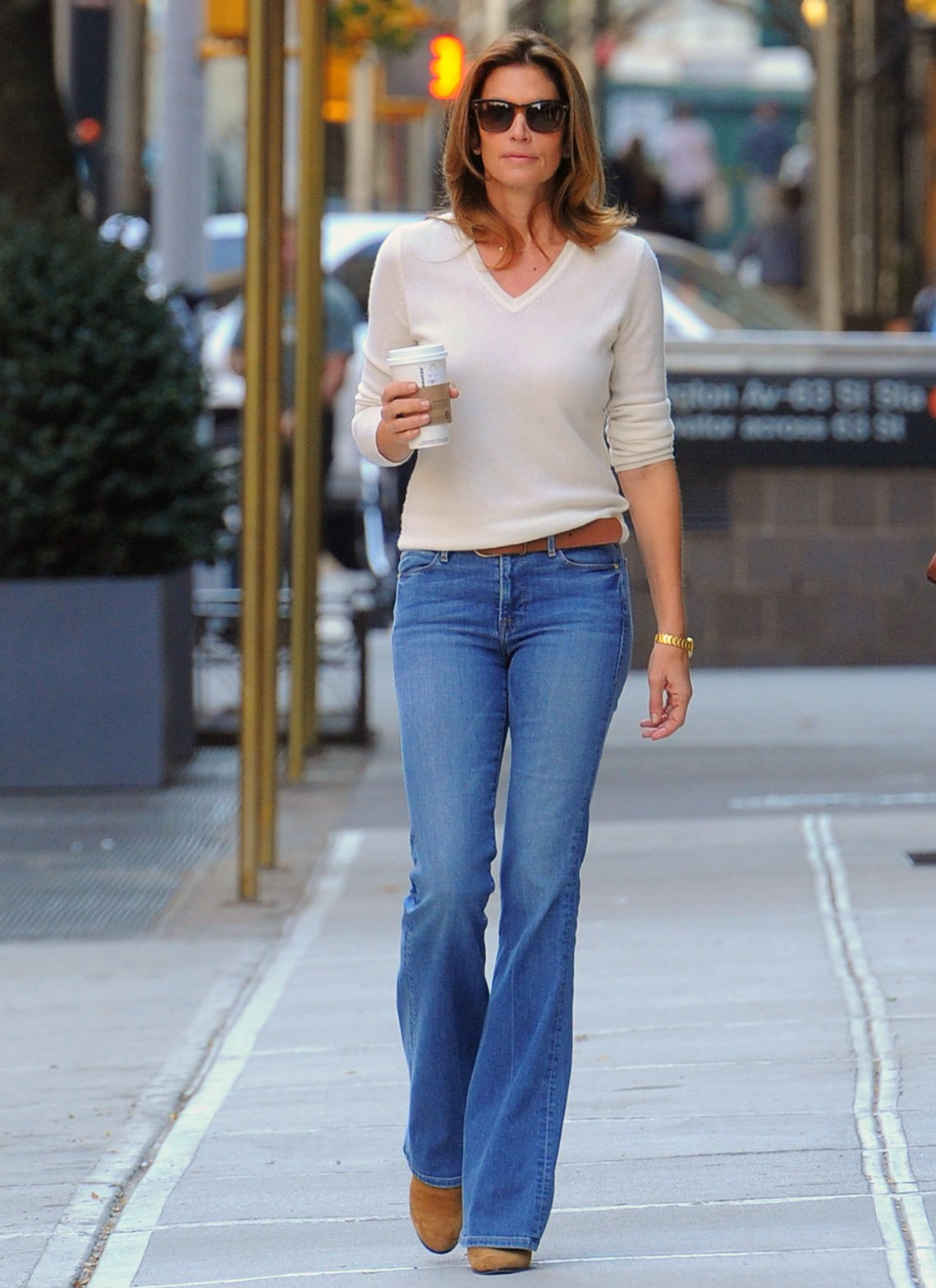 item 2, Gallery image. Cindy Crawford usando jeans.