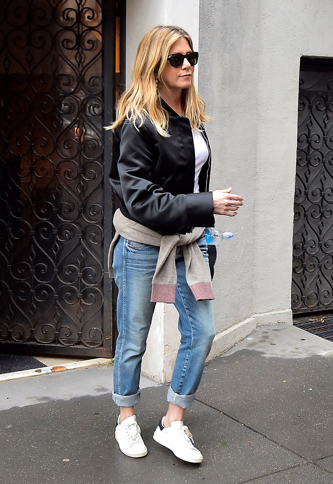 item 5, Gallery image. Jennifer Aniston usando jeans.