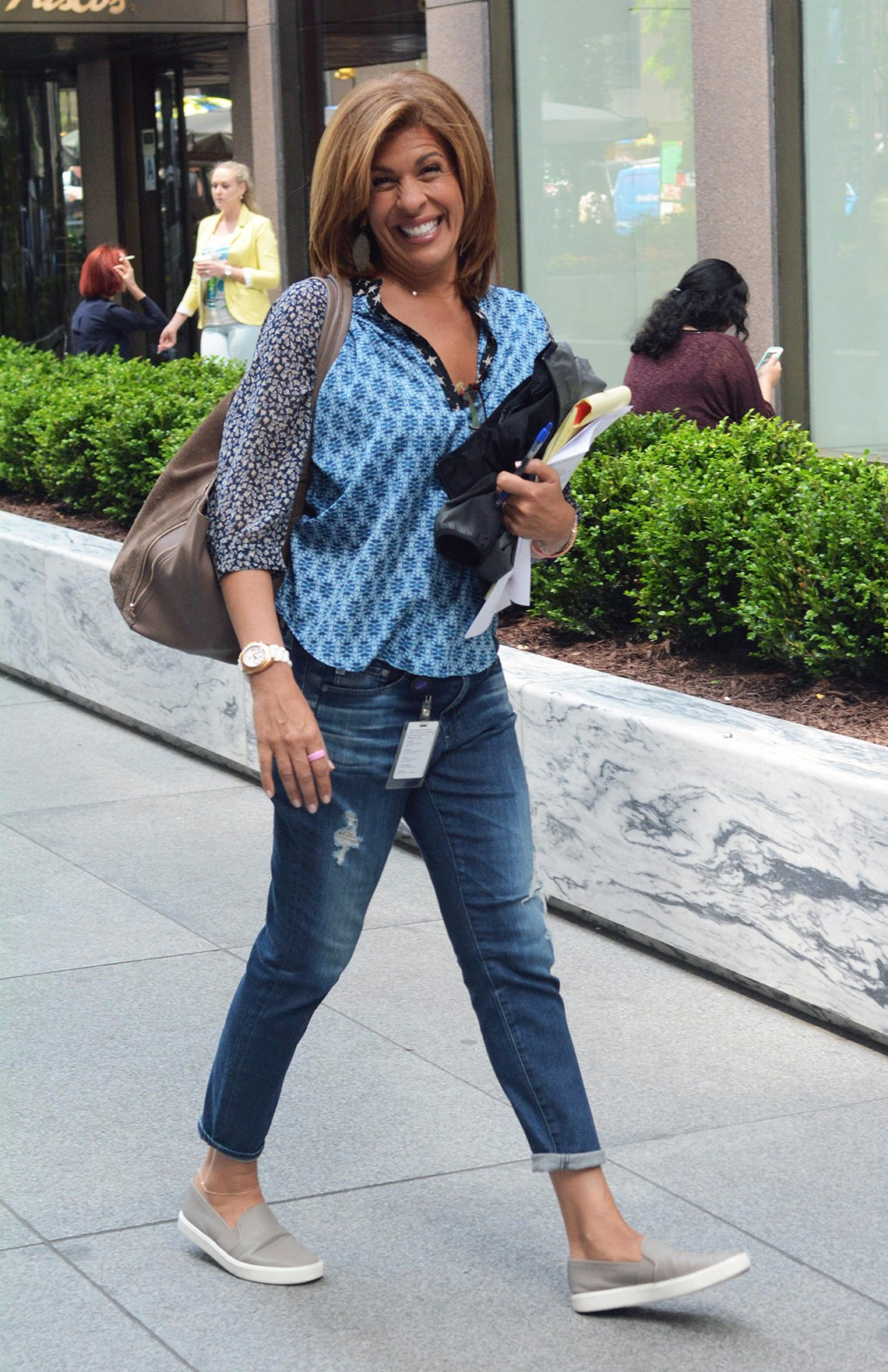 item 7, Gallery image. Hoda Kotb usando jeans.
