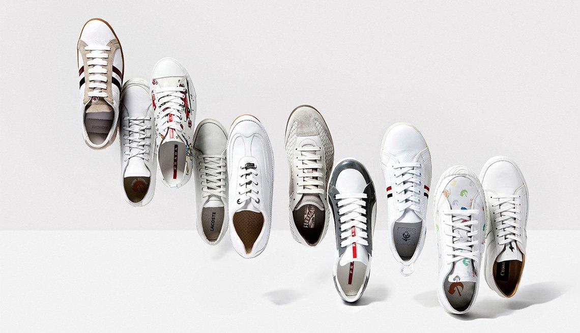 zapatos deportivos de color blanco
