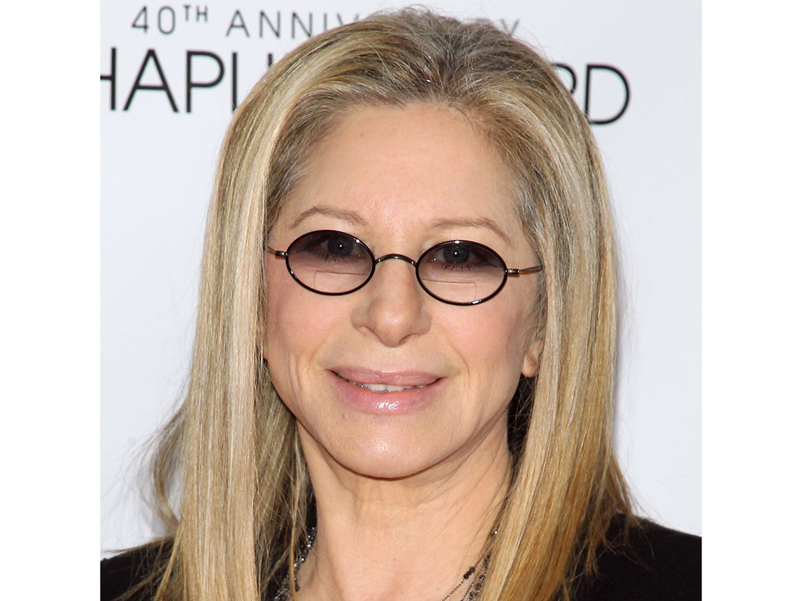 La actriz Barbra Streisand usando lentes