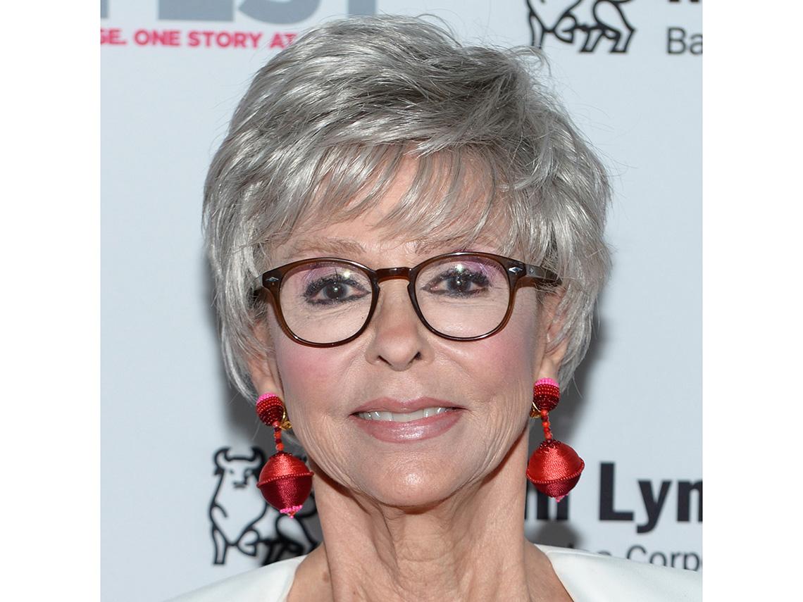 Rita Moreno usando lentes