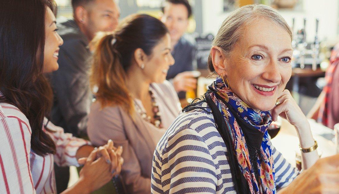 Mujeres en una barra de un restaurante