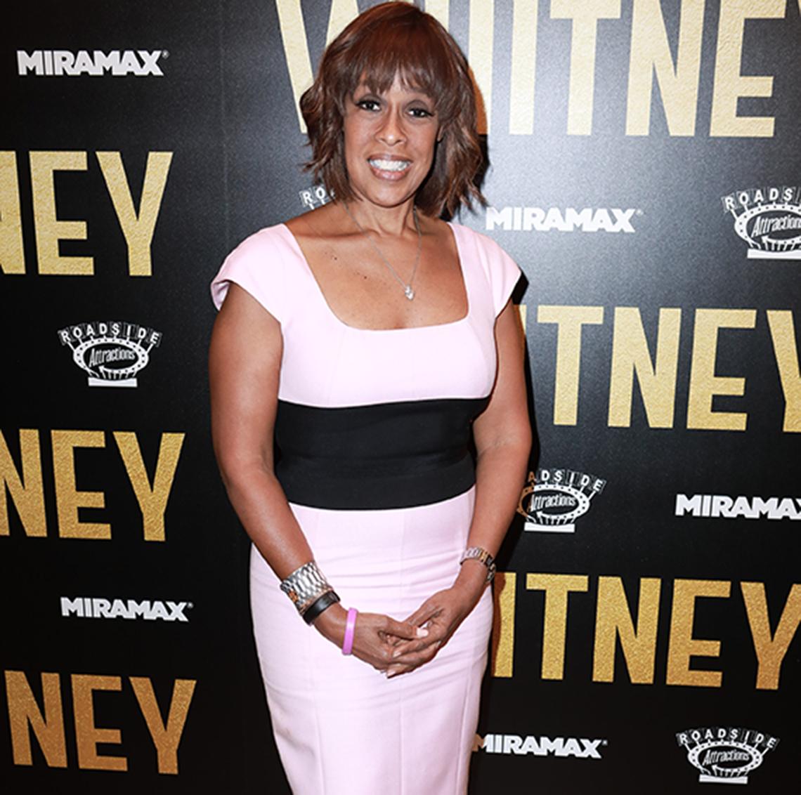 Gayle King usando un vestido largo ajustado.