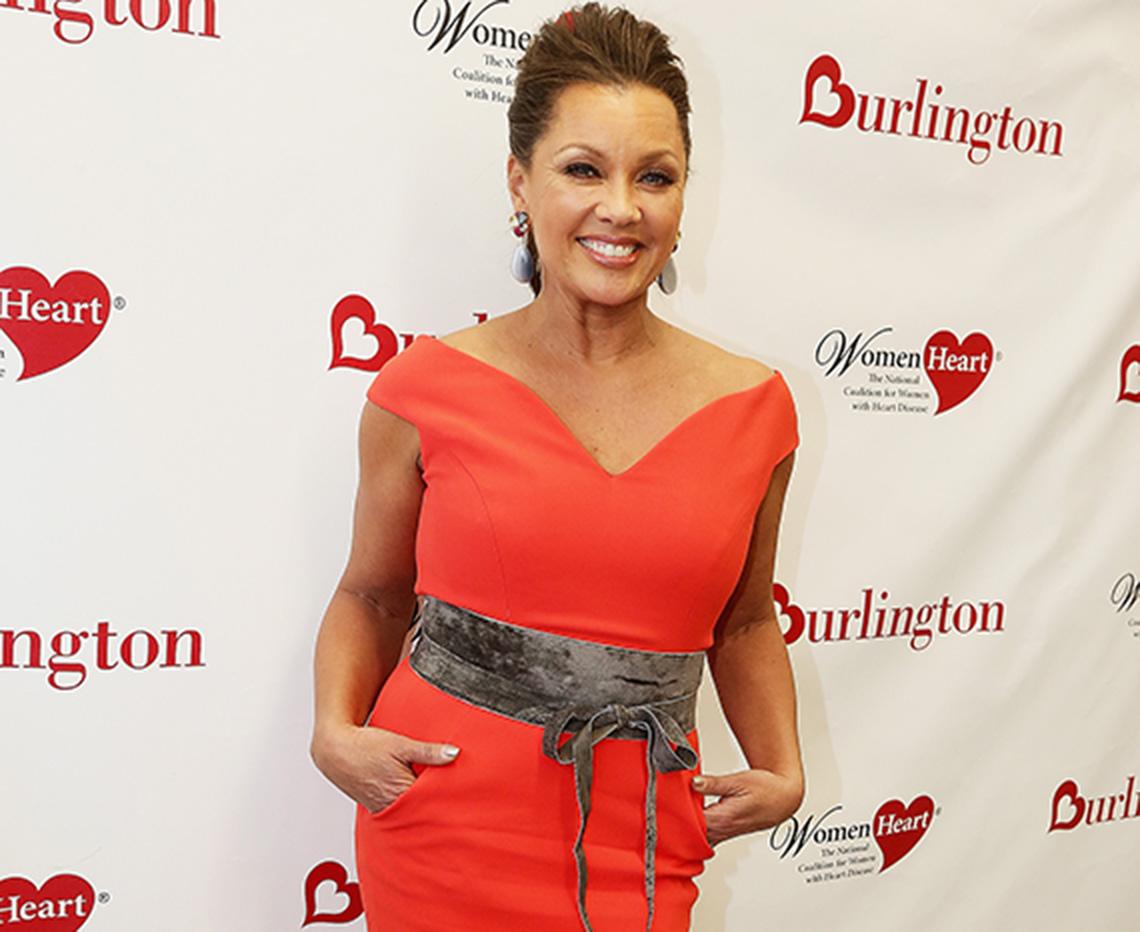 Vanessa Williams usando un vestido largo rojo sin mangas y ceñido al cuerpo.