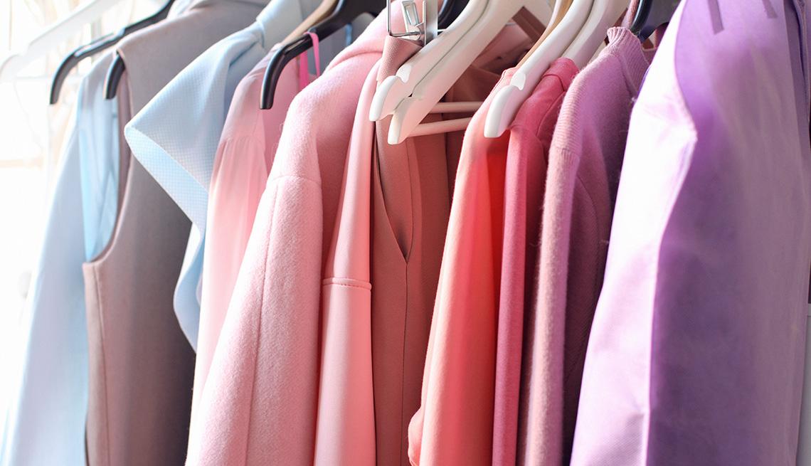 Vestidos organizados por color en un armario