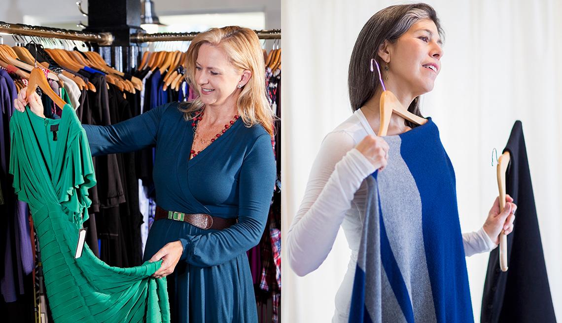 Dos mujeres sosteniendo vestidos