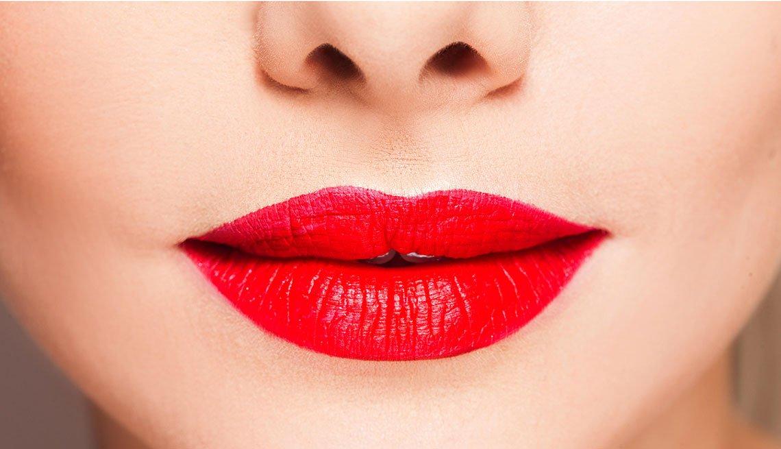 Rostro de mujer con los labios pintados de rojo