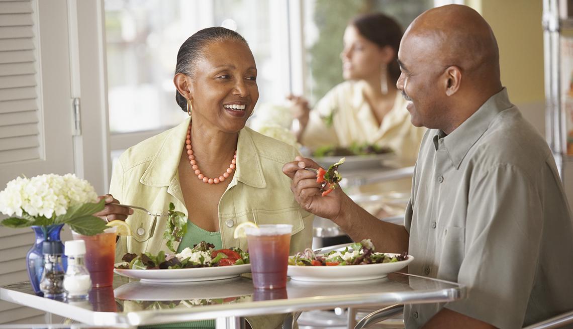 Pareja comiendo ensalada en un restaurante