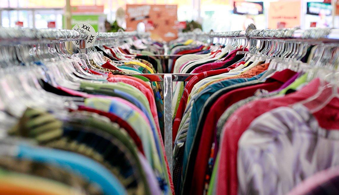 Anaqueles de ropa en un almacén