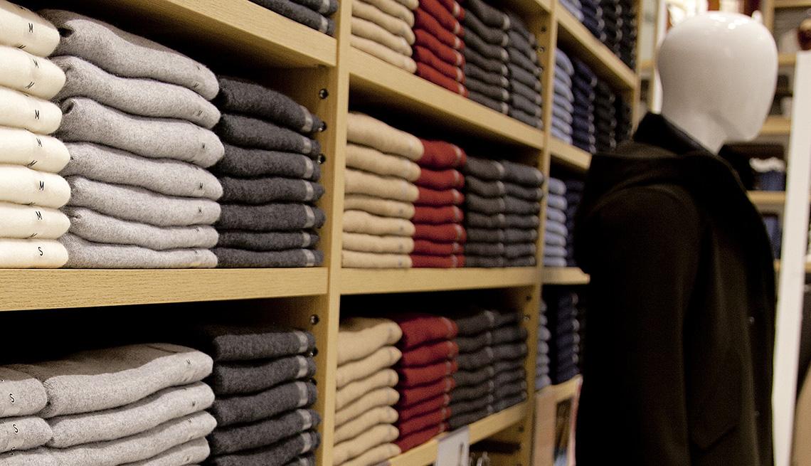Estantes con ropa doblada en una tienda