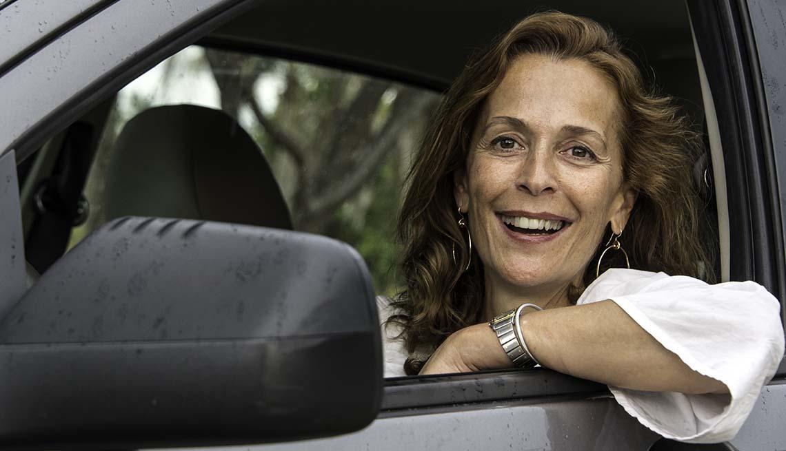 Mujer madura conduciendo su auto