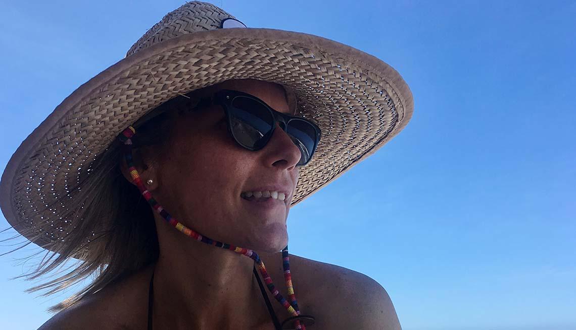 Mujer se cubre del sol con un sombrero